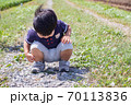 地面を覗き込む幼児 70113836