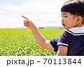 指を差す方向を見る幼児 70113844