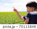 指を差す方向を見る幼児 70113846