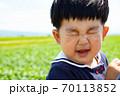顔をくしゃくしゃにして笑う幼児 70113852