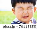 顔をくしゃくしゃにして笑う幼児 70113855
