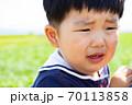 泣き顔の幼児 70113858