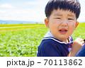 泣き顔の幼児 70113862