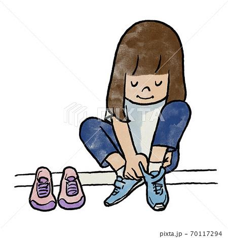 お気に入りのスニーカーを履く女の子 70117294