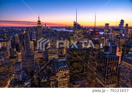 《ニューヨーク》マンハッタン・摩天楼の夜景 70121657
