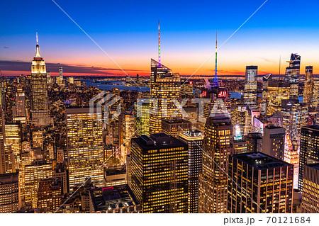 《ニューヨーク》マンハッタン・摩天楼の夜景 70121684