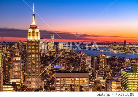 《ニューヨーク》マンハッタン・摩天楼の夜景 70121689