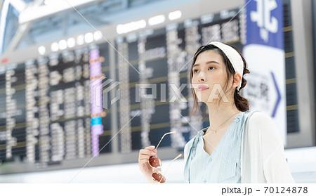 旅に出る若い女性【空港】 70124878