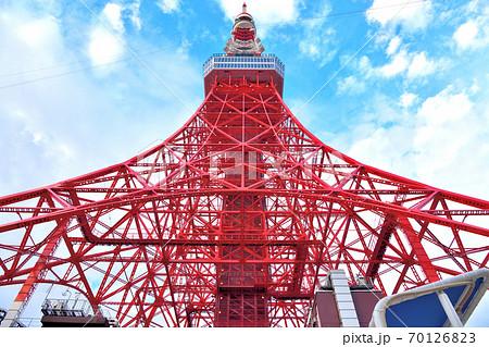 晴れ間が見えてきた空の下の東京タワー 70126823