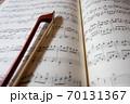 楽譜と弓 イメージ 70131367