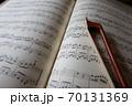 楽譜と弓 イメージ 70131369