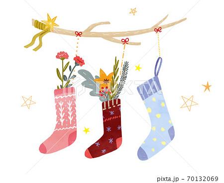 クリスマスの靴下の飾り 手描きイラスト 70132069