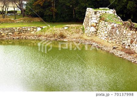 萩城跡の天守閣跡から見える堀の石垣の角 70137998