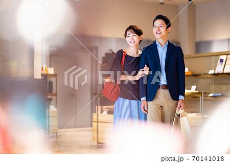 買い物をする夫婦 撮影協力:g GIFT AND LIFESTYLE 70141018