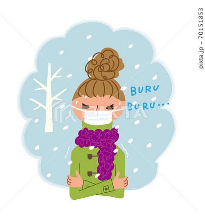 雪の中で寒そうに震える女性 70151853