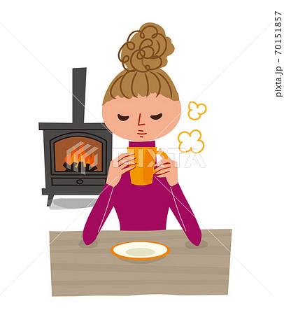 暖かい室内でコーヒーを飲む女性 70151857