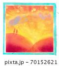 沈む夕日の光にすける紫の雲 70152621