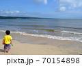 海辺の男の子 70154898