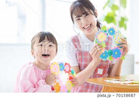 保育イメージ 工作をする女の子と保育士 70158687