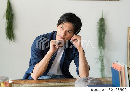 タバコを吸うかっこいい男性 70163902