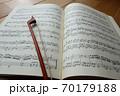 楽譜と弓 イメージ 70179188