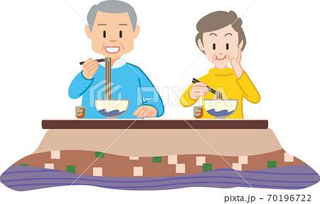 年越しそばを食べるシニア夫婦 70196722