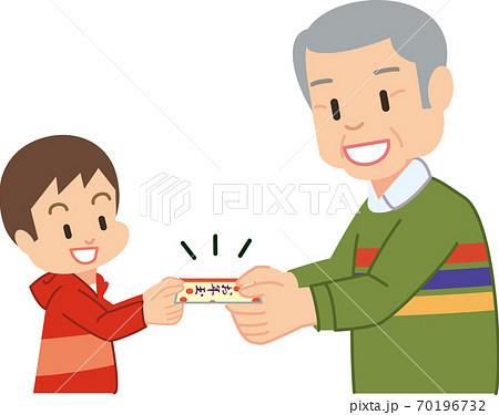 おじいさんにお年玉をもらう男の子 70196732