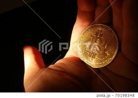 黄金に光り輝くビットコインの仮想通貨を手にする成功者 70198348