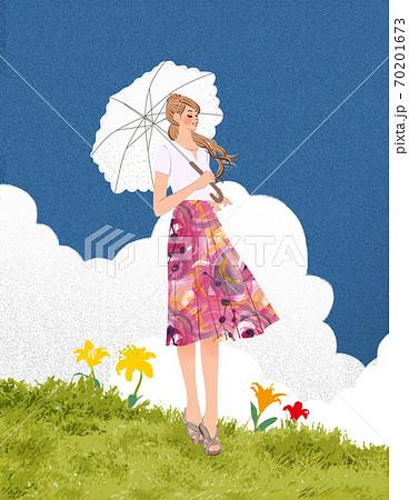 夏の草原に立ち、日傘を差す女性 70201673