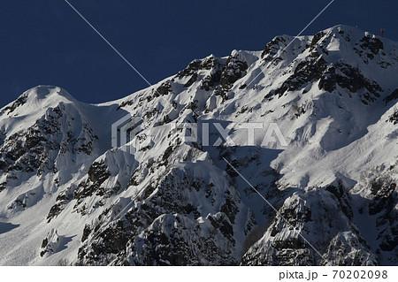 そびえ立つロシアの冬の山脈 70202098