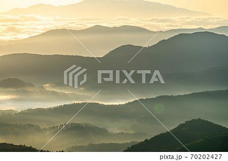 山間部の黄金の雲海と射光 【長野県】 70202427
