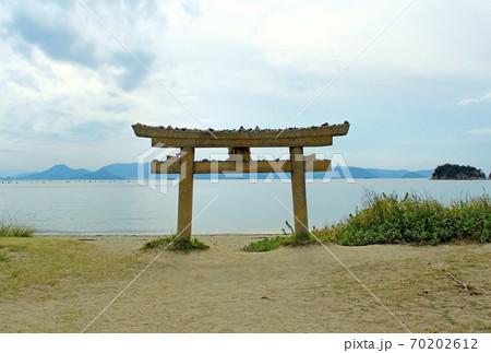 【香川】直島 小さい鳥居と瀬戸内海 70202612