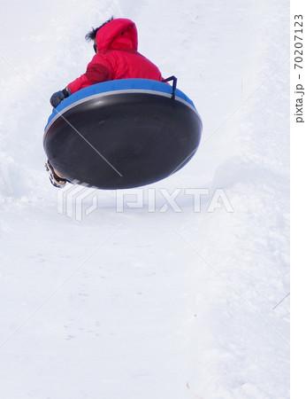 スノーチュービングで飛び跳ねる人 70207123