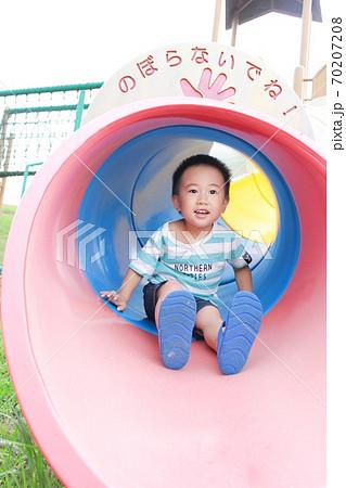 トンネル型すべり台で遊ぶ子供 70207208