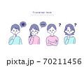 困った表情の男女 70211456