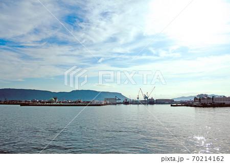 【香川】高松港から直島へ向かうフェリーからの景色(工業地帯) 70214162