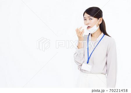 30代ビジネスウーマン オフィスカジュアル 風邪 70221458