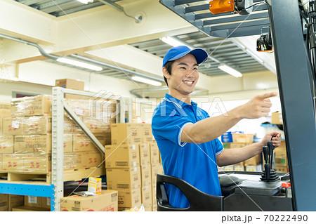 倉庫でフォークリフトを運転する男性 70222490