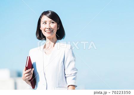 ビジネス 女性 シニア 70223350