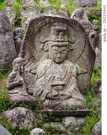 三重県菰野町竹成にある大日堂に残る五百羅漢像の中に座す菩薩像 70223441