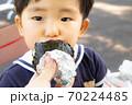 おにぎりを食べる幼児 70224485