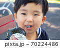 おにぎりを食べる幼児 70224486