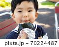 おにぎりを食べる幼児 70224487