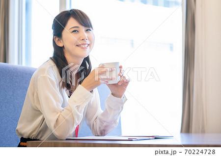 休憩でコーヒーを飲むビジネスウーマン 70224728