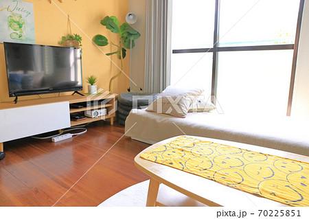 一人暮らしのリビングイメージ_大型テレビ 70225851