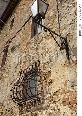 中世の都市の窓と街灯・イタリアのピエンツァ歴史地区 70226727