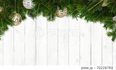 もみの木とオーナメントで飾った白い木目の背景 - 複数のバリエーションがあります 70226769