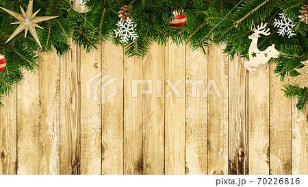 クリスマスの飾り付けをした木製の壁 - 複数のバリエーションがあります 70226816