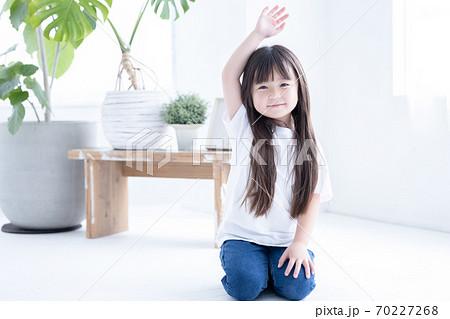 床に座る女の子のポートレート 70227268