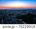 六本木ヒルズから眺める東京の街並み 夕暮れ 西方向 70229918